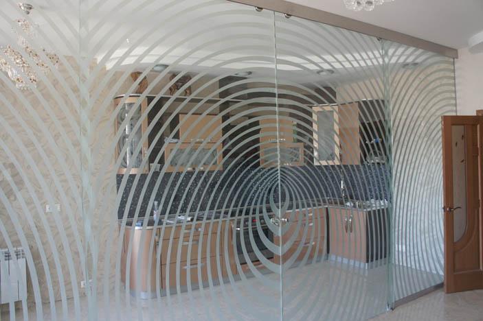Один из способов зонирования помещений с помощью цельностеклянных откатных дверей.