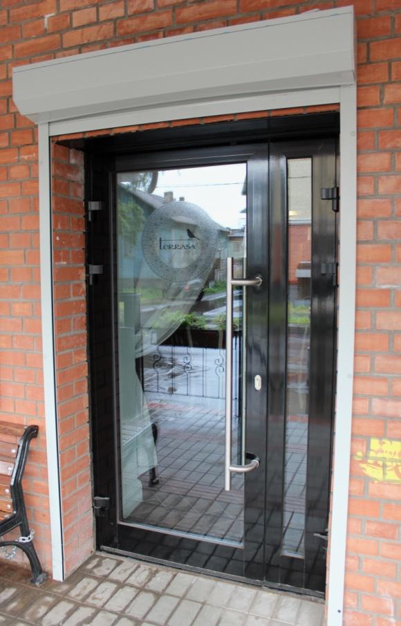 купить входную дверь со стеклом в магазин